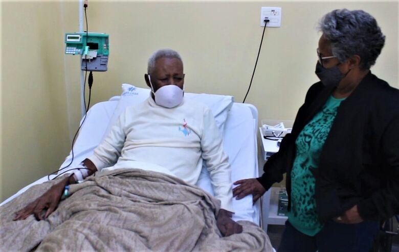 O aposentado Dioracy Bernardo, 93 anos, que precisou de transfusão de sangue, acompanhado pela sobrinha Geny Bernardo - Crédito: Divulgação