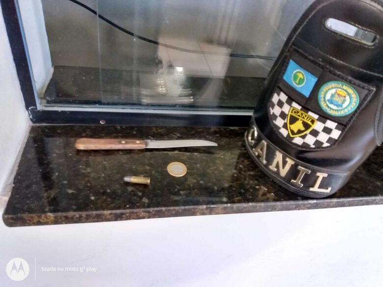 A faca e a munição que estava em poder do suspeito - Crédito: Divulgação