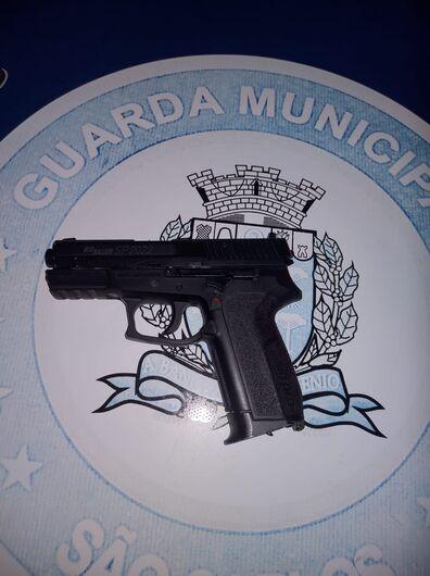 A arma falsa que estava com um dos suspeitos no Parque do Kartódromo - Crédito: Divulgação