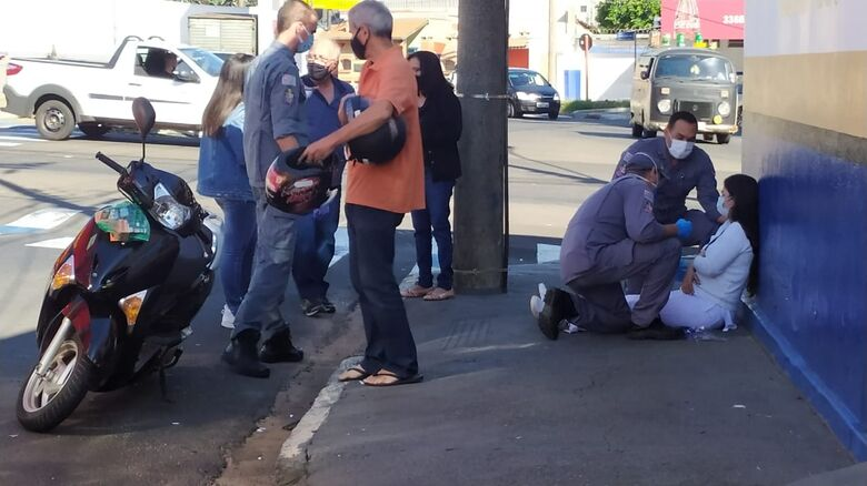Momento em que a vítima era atendida pelo Corpo de Bombeiros - Crédito: Maycon Maximino