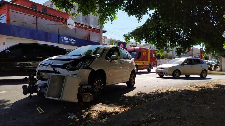 Carro arrastou moto por aproximadamente 20 metros após impacto - Crédito: Maycon Maximino