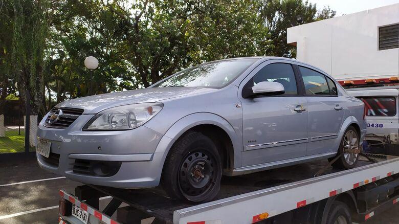 O Vectra estava com uma das rodas danificada - Crédito: Maycon Maximino