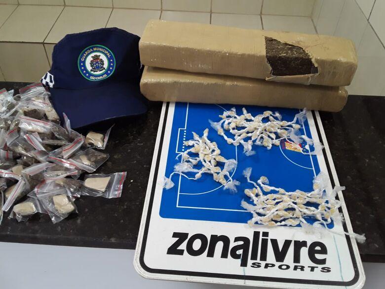 A droga que estava enterrada em uma praça no Jardim Monte Carlo - Crédito: Maycon Maximino