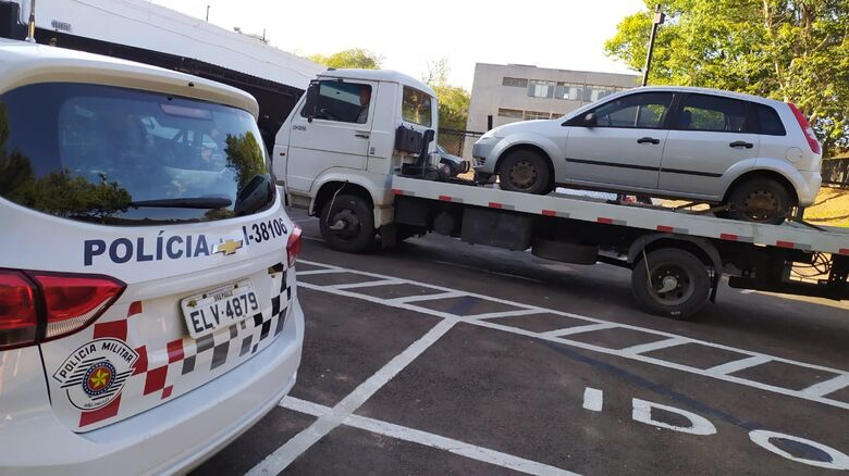 Fiesta estava abandonado: produto de furto em Araras e a placa adulterada - Crédito: Maycon Maximino