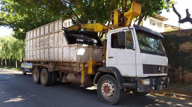 O caminhão furtado estava sem as placas e a bateria - Crédito: Maycon Maximino