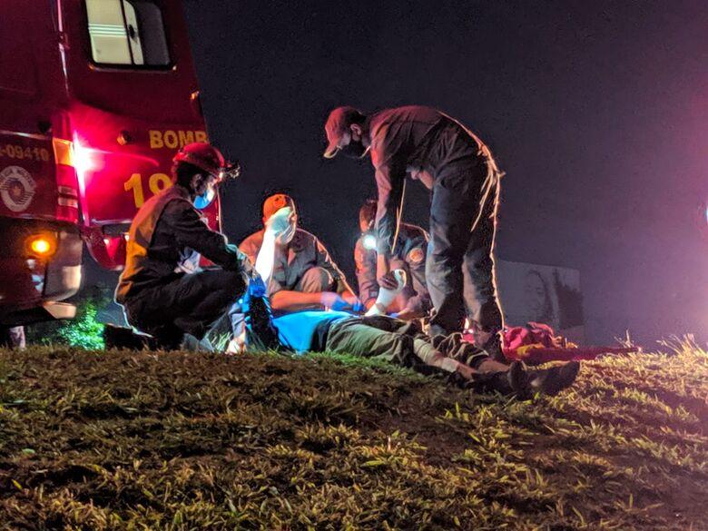 Motociclista durante resgate do Corpo de Bombeiros na alça de acesso a SP-215 - Crédito: Maycon Maximino