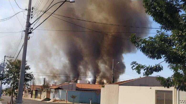 Queimada espalha fuligem e fumaça sobre São Carlos - Crédito: Divulgação