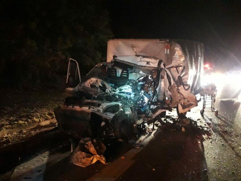 Caminhão ficou com a frente destruída após colisão traseira na região de Cordeirópolis - Crédito: Grupo Rio Claro