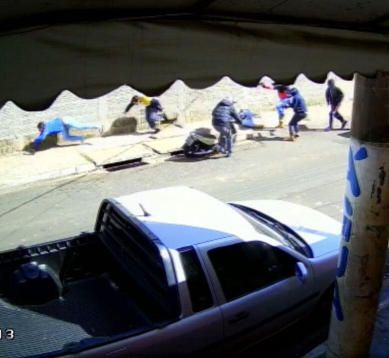Quadrilha mata duas pessoas e fere uma terceira na região; veja vídeo - Crédito: reprodução