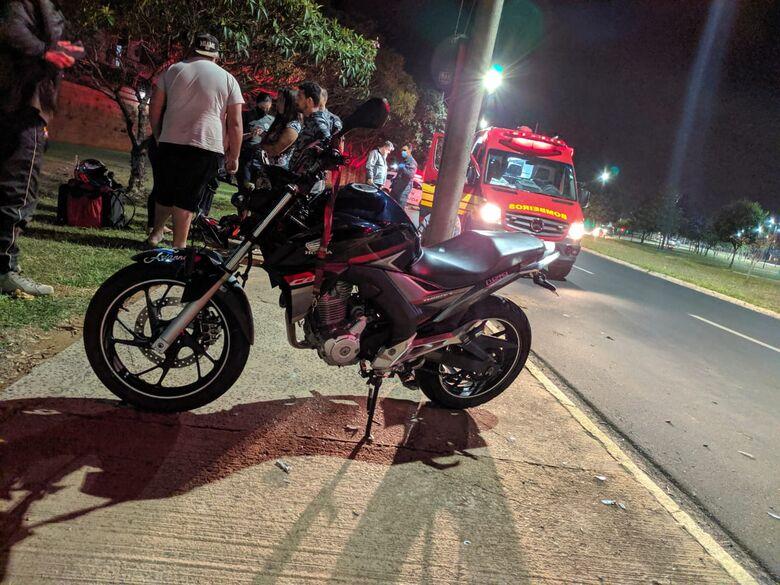 Motoboy fica gravemente ferido após colidir em poste no Santa Felícia - Crédito: Maycon Maximino