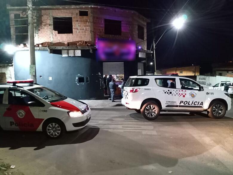Policiais na frente de estabelecimento no Aracy - Crédito: divulgação/PM