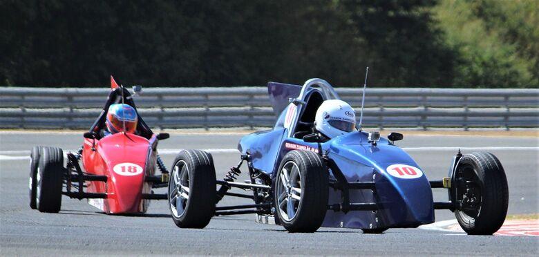 O piloto Gerson Zarpelão Jr (#10), de São Carlos, lidera prova na estreia da Fórmula Vee no Velocitta - Crédito: Fernando Santos/Divulgação FVee