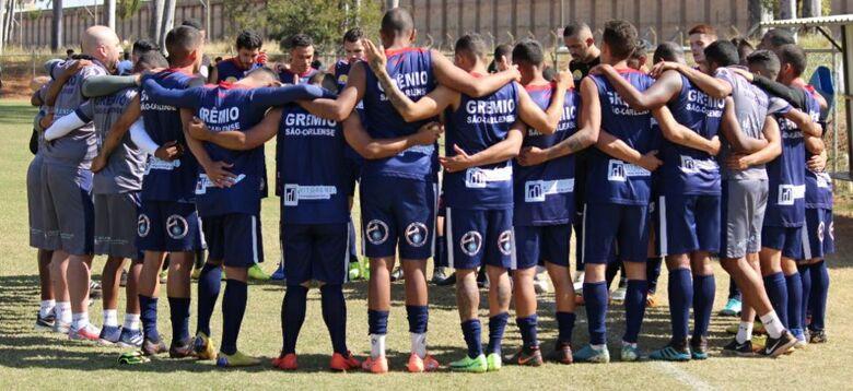 Jogadores se reúnem antes da partida: vitória em Taquaritinga - Crédito: Divulgação
