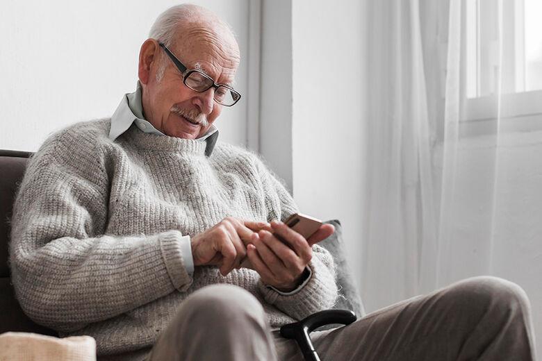 Um dos principais objetivos da iniciativa é sensibilizar os idosos para a importância da averiguação de mensagens e informações - Crédito: Divulgação