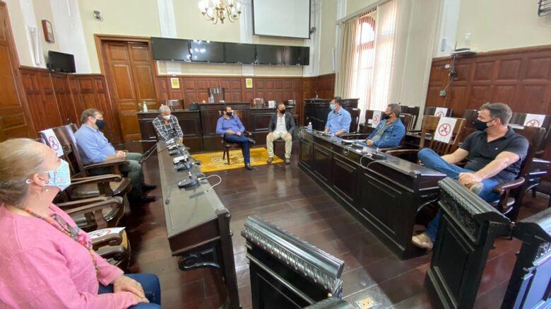 Presidente da Câmara e vereadores conversam com o vice-prefeito na sala das sessões - Crédito: Divulgação