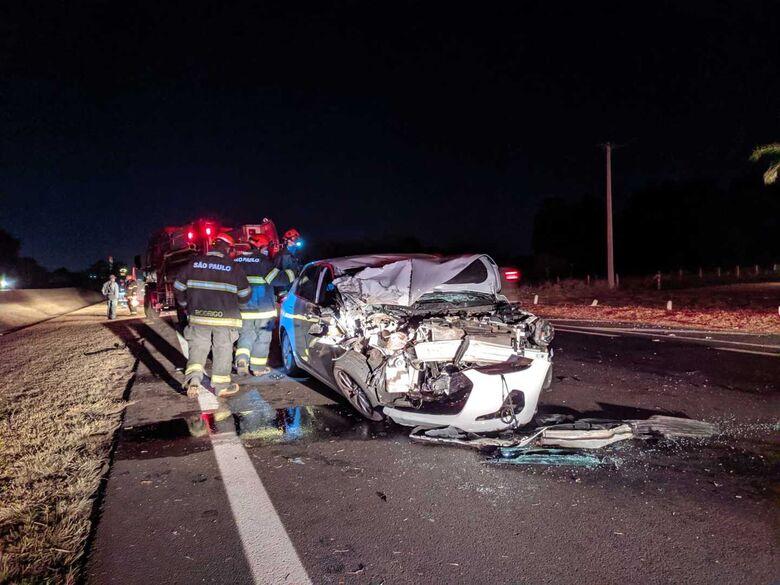 Motorista bate carro em traseira de caminhão na Washington Luiz - Crédito: Maycon Maximino