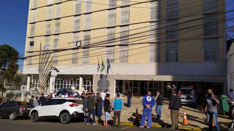 Professores e alunos de jiu-jitsu durante protesto em frente a Prefeitura - Crédito: Maycon Maximino