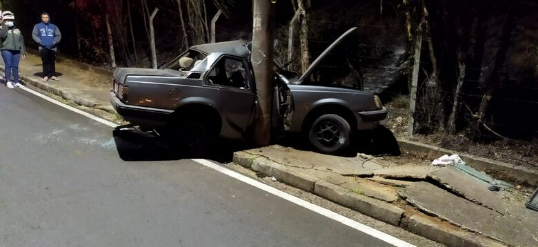 Carro ficou destruído após colidir em poste - Crédito: Maycon Maximino