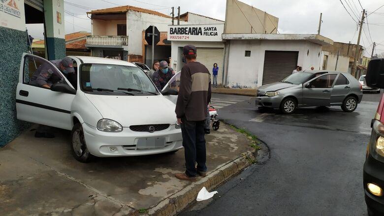 Os veículos envolvidos no acidente: um deles subiu em cima da calçada - Crédito: Maycon Maximino