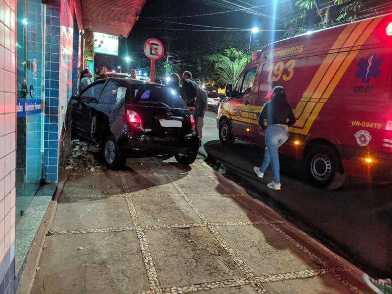 Carro invade funerária após colisão no Centro - Crédito: Maycon Maximino