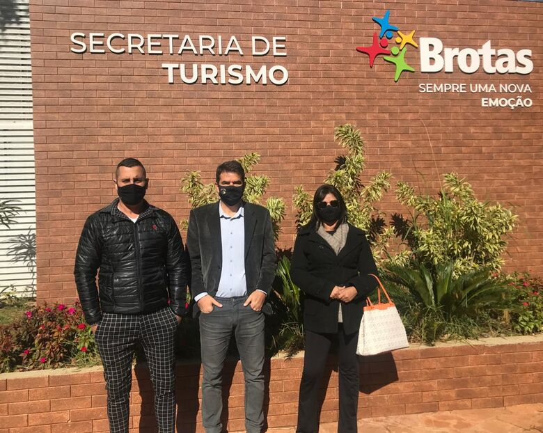 Representantes do Turismo das duas cidades após firmar parceria - Crédito: Divulgação