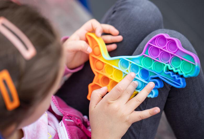 Push Pop It   brinquedo é 'febre' entre as crianças e auxilia no desenvolvimento   Crédito Freepik -