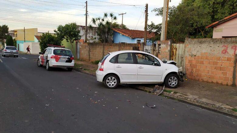 Ladrões se envolvem em acidente após serem perseguidos pelo dono da casa - Crédito: Maycon Maximino