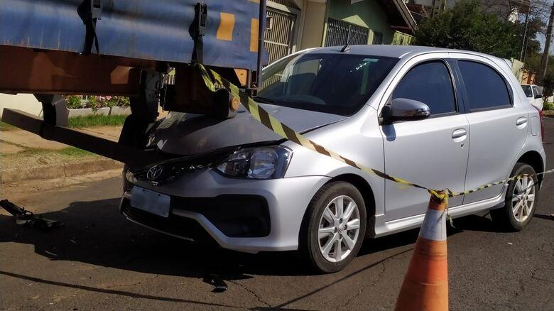 Motorista perde o controle e bate em caminhão estacionado no Parque Fher - Crédito: Maycon Maximino e Whatsapp SCA