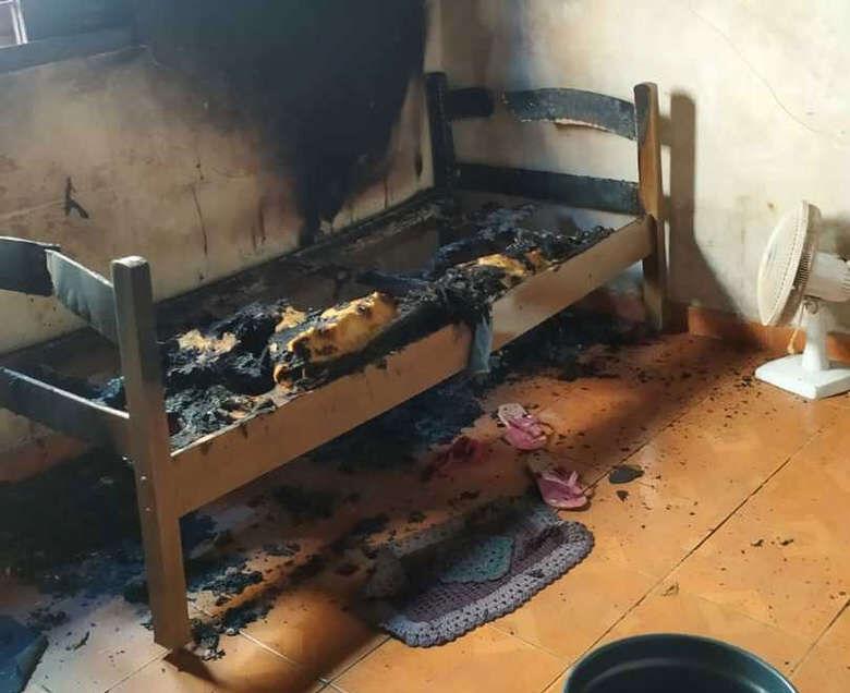 A cama onde estava Rosa Maria foi destruída pelo incêndio - Crédito: Maycon Maximino