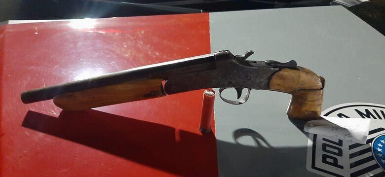 A arma que foi apreendida pelos policiais militares - Crédito: Divulgação