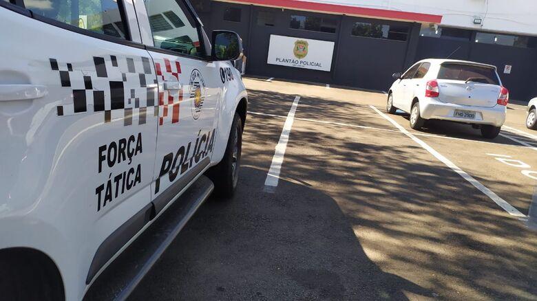 O carro roubado pelo casal foi recuperado pela Força Tática - Crédito: Maycon Maximino
