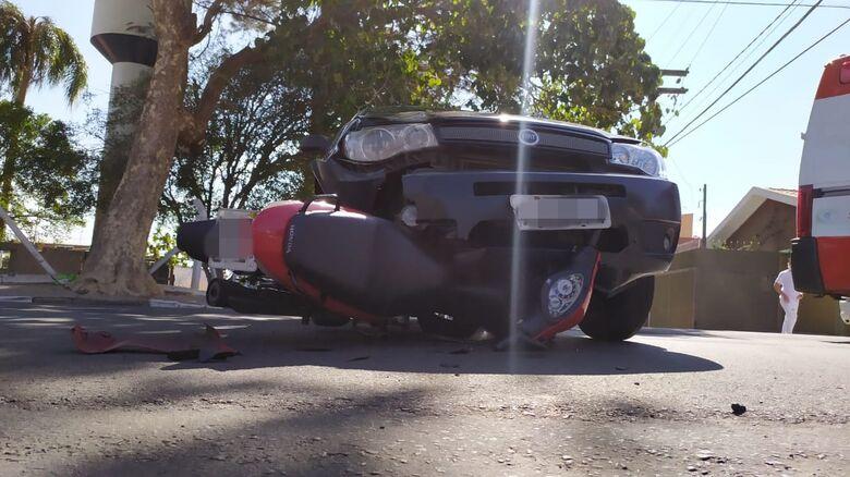 Moto foi parar embaixo do carro, após a colisão - Crédito: Maycon Maximino