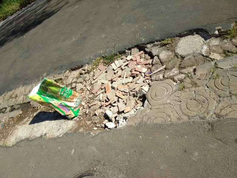 Buraco na rua incomoda moradores no Parque Delta - Crédito: Divulgação