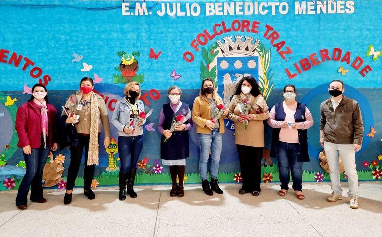 Direção de escola municipal mostra simpatia e reconhecimento aos seus mestres - Crédito: Divulgação