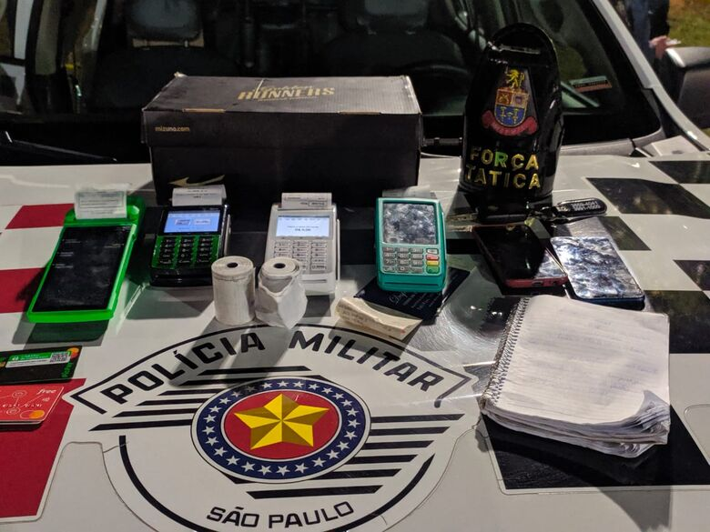 Com os suspeitos foram localizadas quatro máquinas de cartões de crédito e um caderno de anotações - Crédito: Maycon Maximino