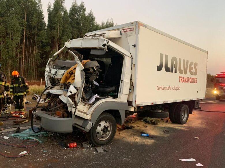 Cabine do caminhão ficou destruída - Crédito: X-Tudo Ribeirão