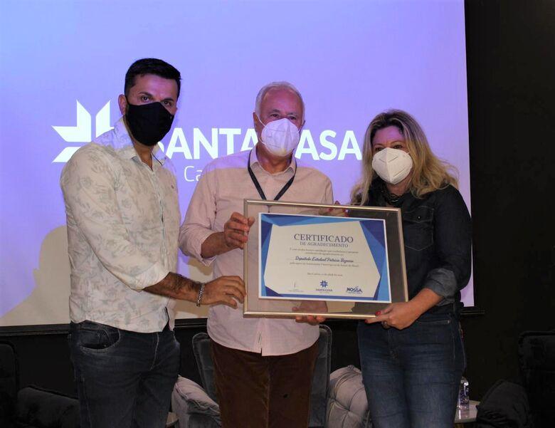 O Provedor Antônio Morillas Jr. entrega Certificado de Agradecimento à Deputada Estadual Patrícia Bezerra, ao lado do vereador Rodson Magno - Crédito: Assessoria Santa Casa