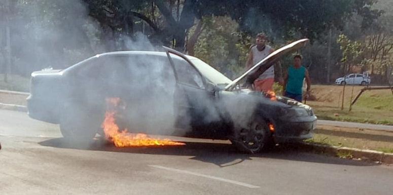 Carro pega fogo na região do shopping Iguatemi - Crédito: Whatsapp SCA - 99963-6036