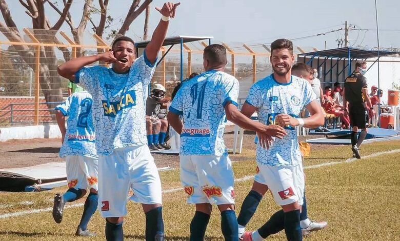 Jogadores comemoram um dos gols da Águia na Série B: time quer mais três pontos contra a Itapirense - Crédito: Brendow Felipe/São Carlos FC