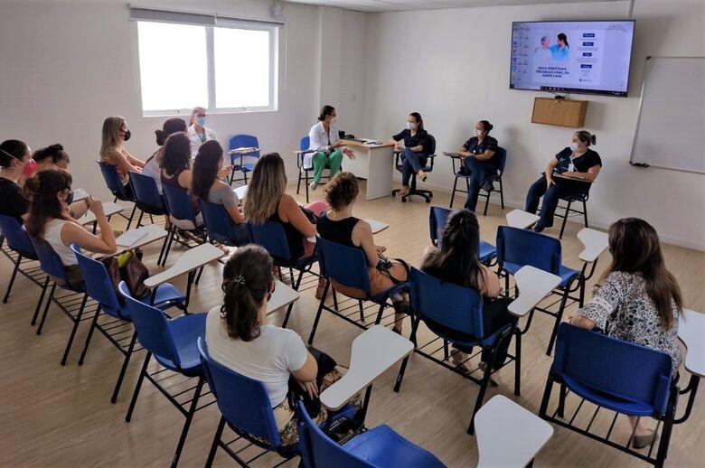 Coordenação em encontro com doulas para retomada as atividades da Maternidade Francisca Cintra Silva - Crédito: Assessoria Santa Casa