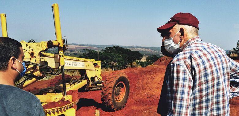 Prefeito Airton Garcia acompanha manutenção das estradas rurais - Crédito: divulgação