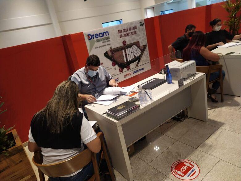 Compradores das casas do Jockey assinam contrato - Crédito: divulgação