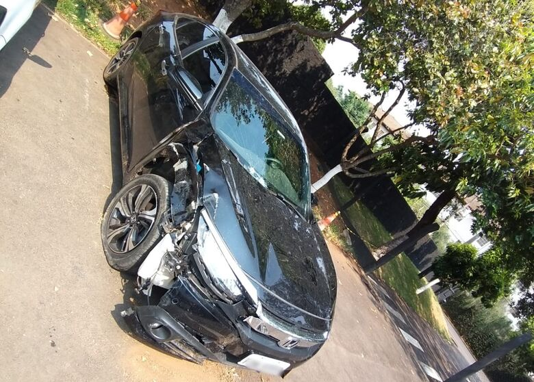 Após acidente na SP-215, motorista abandona carro - Crédito: SCA