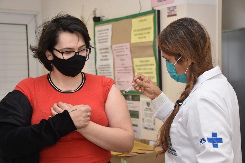 Mulher recebe vacina contra a Covid em São Carlos - Crédito: Divulgação