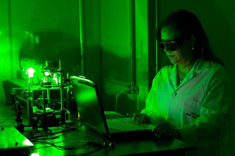 Pesquisadora Débora Milori, trabalhando com laser no laboratório de Agro-Fotônica da Embrapa Instrumentação - Crédito: Flávio Ubialli