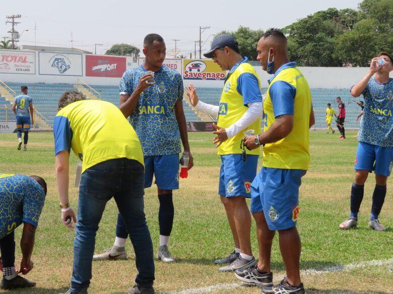 João Batista orienta seus jogadores: foco na vitória em Limeira - Crédito: Brendow Felipe/São Carlos FC