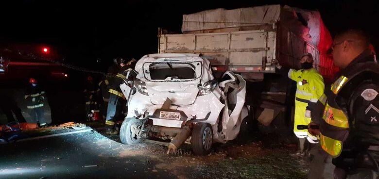 Veículo foi prensado por dois caminhões: incêndio em mata causou o acidente - Crédito: Colaborador SCA