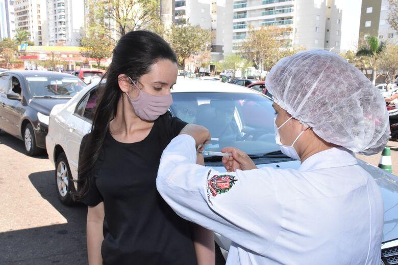 Jovem recebe vacina em São Carlos - Crédito: Divulgação