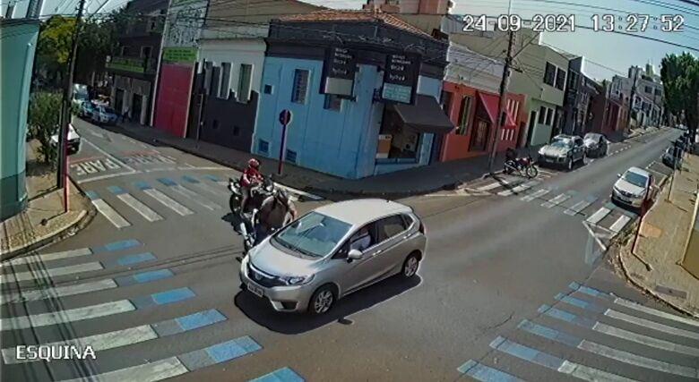 Câmera de segurança flagra colisão no Centro - Crédito: reprodução