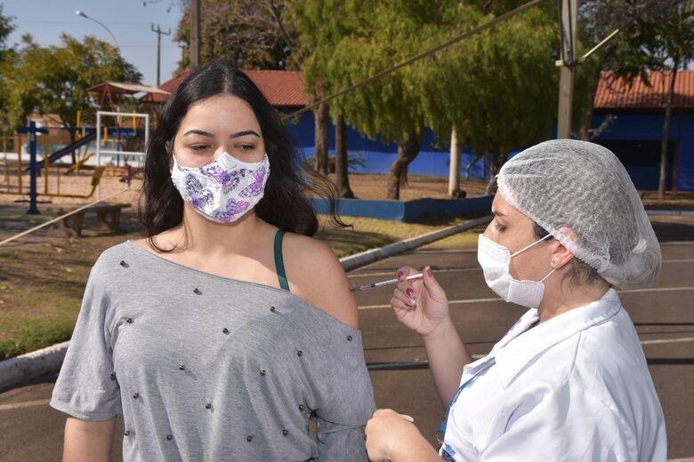 Jovem recebe vacina contra Covid-19 em São Carlos - Crédito: Divulgação